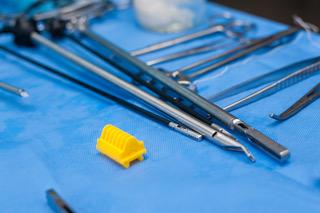 Instrumentos utilizados em cirurgias laparoscópicas. Por meio destes instrumentos, o cirurgião é capaz de realizar os mesmos procedimentos que realizava nas cirurgias abertas.